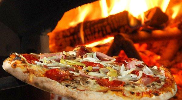 pizza-maken-in-een-pizza-oven