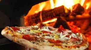 pizza-maken-in-een-pizza-oven-300x165